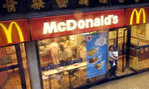 Người vô gia cư chết ngồi nhiều giờ tại cửa hàng ăn nhanh