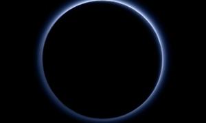 Sao Diêm Vương có bầu trời màu xanh giống Trái Đất