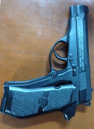 Khẩu súng Thuận mang theo trong người để trấn áp các con nghiện mua ma túy nhưng không chịu trả tiền. Ảnh: Công an cung cấp.