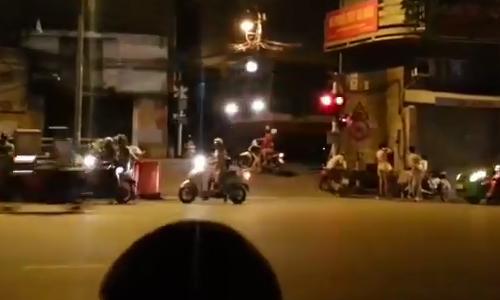 taxi-tien-khong-duoc-lui-khong-xong-vi-vuot-duong-tau-3