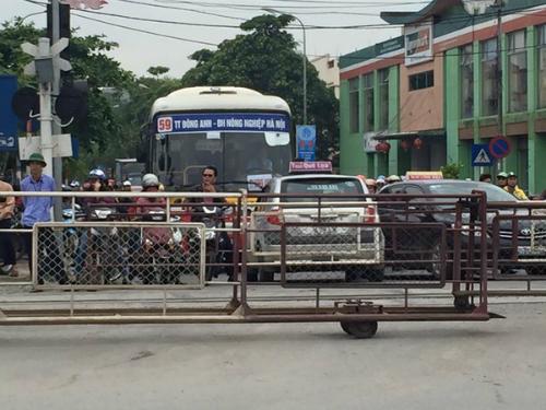 taxi-tien-khong-duoc-lui-khong-xong-vi-vuot-duong-tau