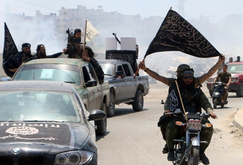 Fighters from Al-Qaeda's Syrian affiliate Al-Nusra Front drive through the northern Syrian city of Aleppo on May 26, 2015 (AFP Photo/Fadi al-Halabi)