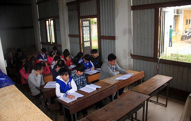Trường sụt lún gần một mét, học sinh phải học ở hành lang