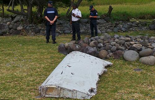 Phần cánh máy bay MH370 được tìm thấy trên đảo Reunion của Pháp. Ảnh:Zumapress