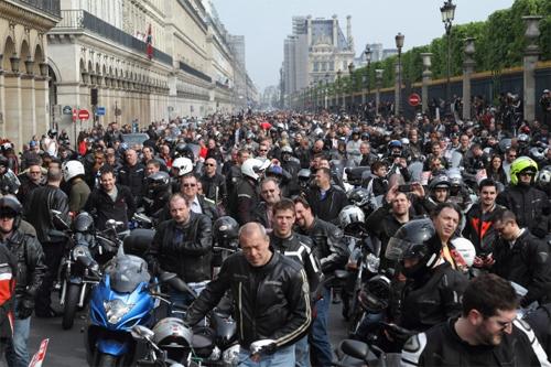 10000-moto-tran-vao-paris-2