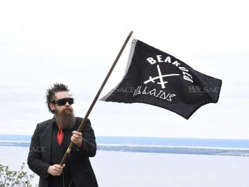 Andreas Fransson và lá cờ biểu tượng của câu lạc bộ râu rậm. Ảnh: DR