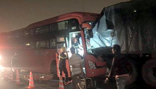 Hơn 2 giờ đồng hồ, lực lượng cứu hộ mới đưa được tài xế ra ngoài đi cấp cứu. Ảnh: H. Lê