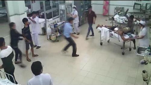 Nghi can đâm loạn xạ bệnh nhân tại phòng cấp cứu. Ảnh: camera bệnh viện