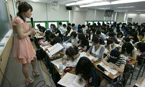Học sinh Hàn Quốc trở về nhà lúc 11h đêm