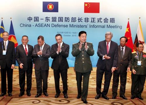 Bộ trưởng Quốc phòng Trung Quốc (thứ 4 từ phải sang) và những người đồng cấp ASEAN tại sự kiện hôm qua. Ảnh: Reuters
