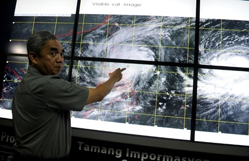 Undersecretary Alexander Pama, head of the National Disaster Risk Reduction and Management Council (NDRRMC) gives a briefing on Typhoon Koppu, locally known as Lando, in suburban Manila on October 17, 2015. Philippine authorities on October 17 warned that a powerful typhoon will likely linger over the country for almost three days, bringing prolonged heavy rain, possible floods and sparking storm surges. AFP PHOTO / Jay DIRECTO