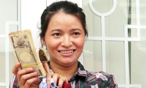Trước đó, Chị Huỳnh Thị Ánh Hồng đã đổi được 4 triệu yen sang tiền đồng, tương đương khoảng 700 triệu. Ảnh: Hồng Phúc