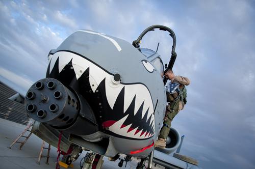 """""""Thần sấm"""" A-10 cùng khẩu pháo 30 ly ở trước mũi. Ảnh: Washington Post"""