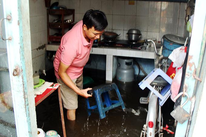 Người Sài Gòn sống chung với ngập suốt tháng