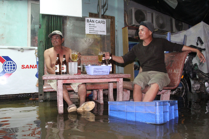 Người Sài Gòn bì bõm trong nước dù trời không mưa