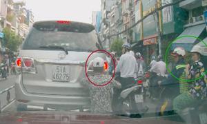 Đám đông thờ ơ nhìn trộm cạy logo Toyota chờ đèn đỏ