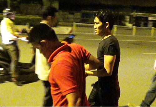 Kẻ trộm (áo đen) bị bắt sau một giờ lẩn trốn dưới kệnh. Ảnh: Hải Hiếu