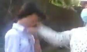 Nữ sinh bị đánh hội đồng trên đường đến trường