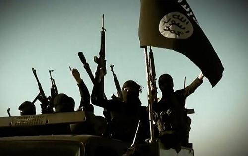 Phiến quân Nhà nước Hồi giáo tại một địa điểm chưa xác định trong video đăng tải ngày 17/3/2014. Ảnh: AFP.