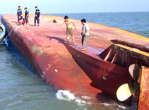 Chiếc tàu bị lật úp. Ảnh: Hải Hiếu