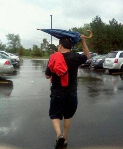Chắc anh ấy tạm thời quên công dụng của ô.