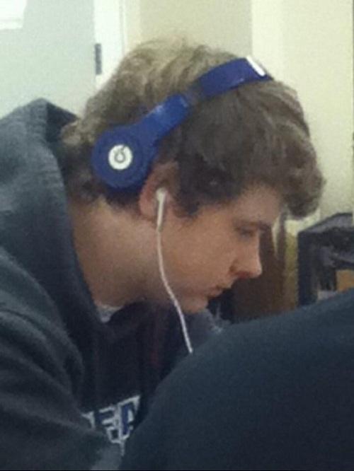 Một cái là tai nghe, còn cái kia là... 'tóc nghe'chăng?