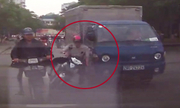 Đi xe máy loạng choạng suýt bị ôtô cán qua đầu