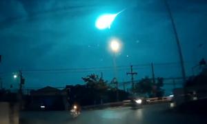 Cầu lửa rực sáng trời đêm Thái Lan