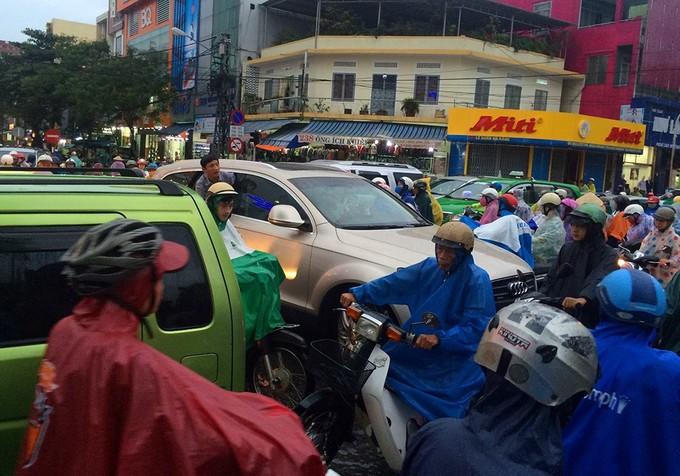 Hỏng đèn tín hiệu, giao thông Đà Nẵng rối loạn sau mưa