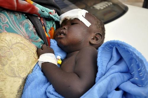 Bé gái 14 tháng tuổi được cứu sống từ đống đổ nát. Ảnh: REuters