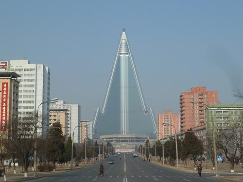 Thủ đô Bình Nhưỡng vàkhách sạnRyugyong 105 tầng nổi bật. Ảnh: Sobify