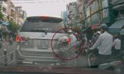 Đám đông thờ ơ nhìn trộm lao ra cạy logo Toyota chờ đèn đỏ