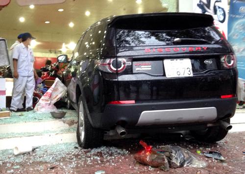 Chiếc ô tô lao vào cửa hàng xe máy sau khi tông nhiều người đi đường. Ảnh: Hải Hiếu