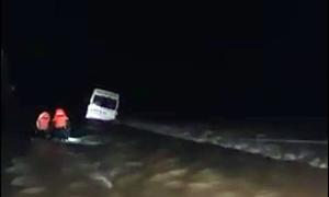 Nhảy khỏi ôtô bị nước cuốn, người đàn ông mất tích