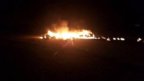 Máy bay bốc cháy sau khi rơi xuống vùng Bir Mutla. Ảnh: Twitter