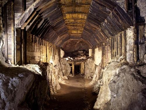 Một hệ thống đường hầm phát xít Đức xây dựng ở Ba Lan. Ảnh: AP