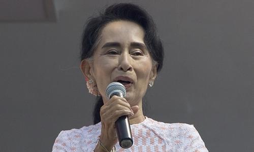 Bà Aung San Suu Kyi, lãnh đạo đảng đối lập Liên minh Quốc gia vì dân chủ (NLD) trong một bài phát biểu sáng nay. Ảnh: AP