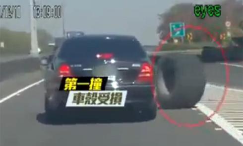 xe-off-road-loi-nuoc-nhu-tau-ngam-1