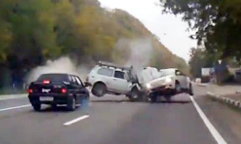 xe-off-road-loi-nuoc-nhu-tau-ngam-3