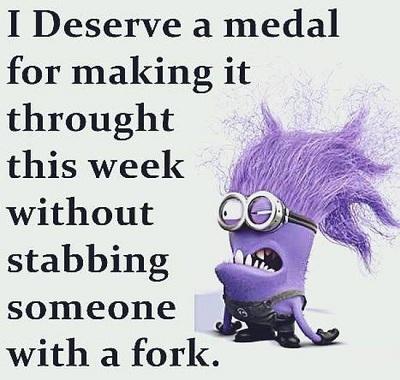 Tôi xứng đáng nhận một chiếc huân chương vì đã chịu đứng hết tuần này mà không đâm ai đó bằng một cái nĩa.