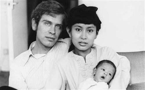Bà Suu Kyi bên cạnh chồng, ông Michael Aris, và con trai. Ảnh: Telegraph