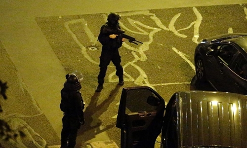 Police cordon off a street follpwing several attacks in the French capital Paris, on November 13, 2015 (AFP Photo/Kenzo Tribouillard)