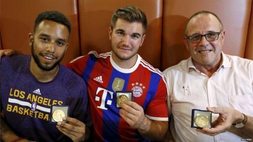 Từ trái sang: Anthony Sadler, Alek Skarlatos và Chris Norman được trao tặng huy chương vì đã dũng cảm khống chế tay súng trên tàu. Ảnh: Reuters