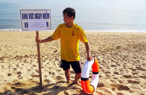 - Cắm hiệu lệnh cảnh báo dọc bãi tắm biển Tuy Hòa. Ảnh: Thiến Lý