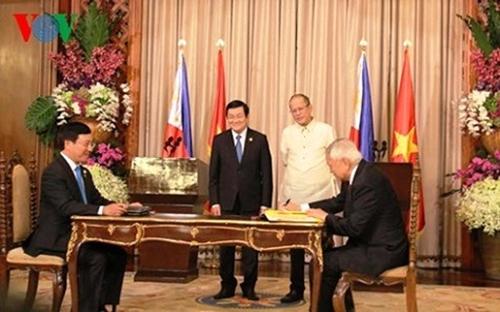 Chủ tịch nước Trương Tấn Sang và Tổng thống Philippines Benigno Aquino chứng kiến Bộ trưởng Ngoại giao hai nước ký Tuyên bố chung về thiết lập quan hệ Đối tác chiến lược. Ảnh: VOV