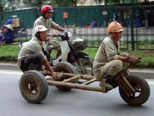 Xe tự chế của công nhân.