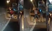 Lái xe đầu kéo van xin khi bị tài xế tải chặn đường, đánh đập