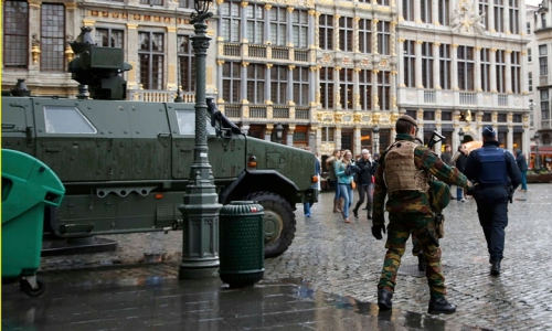 Lính Bỉ tuần tra ở thủ đô Brussels cạnh một xe bọc thép. Ảnh: Reuters