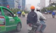 Taxi ép xe máy chạy tạt đầu vào lề để 'dạy dỗ'