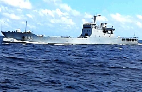 Tàu chiến 995 của Trung Quốc được cho là chĩa súng đe dọa tàu Việt Nam. Ảnh cắt từ clip của Công ty bảo đảm An toàn hàng hải biển Đông và hải đảo.